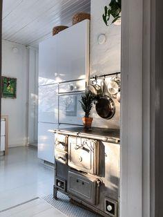 old stove in kitchen, white kitchen ideas, light grey wooden floor, integrated kitchen appliances, vanha liesi, integroidut kodinkoneet, vaaleanharmaa lautalattia,