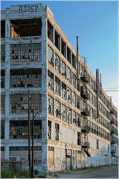 Abandoned Fisher Brothers Ford Plant 21 in Detroit. Detroit Ruins, Abandoned Detroit, Abandoned Factory, Abandoned Property, Detroit Houses, Abandoned Buildings, Abandoned Mansions, Old Buildings, Abandoned Places