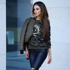 @veronika_klimovits mit einem kompletten Outfit aus dem Online-Shop von Ital-Design: schicke khaki Pilotenjacke, einem camouflage Hello Kitty Sweatshirt, einer schwarzen Lederoptik Skinnyhose und braunen Stiefeletten. Viel Spaß beim Nachshoppen!