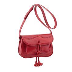 Bolso de piel estilo campero en color rojo.