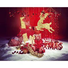 Photo #1102061701450171726 from @dekowoerner. Es funkelt und glitzert in den #weihnachtstypischen Farben #Rot und #Gold. Lassen Sie sich durch die weiteren #Dekoideen bei #DekoWoerner inspirieren  #interior4all #deco #homedecor #decoration #home #weihnachtsdeko