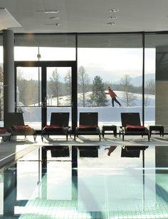"""Der Indoor-Pool im Winter. Direkt vor unserer Haustüre haben Sie Anbindung an 150 Km Loipen. Und können nach der Rückkehr direkt in den Whirlpool """"gleiten""""."""