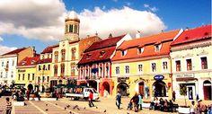 La plimbare prin Piata Sfatului, cu soare :) #brasov #romania #piatasfatului #transilvania Romania, Louvre, Street View, Building, Travel, Viajes, Buildings, Destinations, Traveling