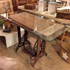 www.potsdam.es C/Santa Marta 6 Pamplona.  Mesa de maquina de coser recuperada con sobre de cristal de 115x57 cm