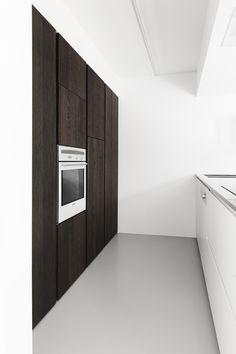Www.kove.be keuken in inox wit en donkerbruine eik | Kove Interieurarchitecten Sint-Niklaas