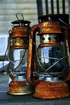 Rusty lanterns create a very rustic feel. Old Lanterns, Antique Lanterns, Hurricane Lanterns, Rustic Lanterns, Retro Lampe, Rust In Peace, Lantern Lamp, Peeling Paint, Still Life
