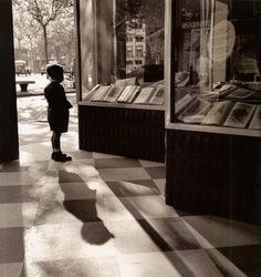 Francesc Català Roca :: Escaparate con niño / Kid at Shop Window , Barcelona [probably at Paseo de Gràcia], ca. History Of Photography, Vintage Photography, Street Photography, Shopping In Barcelona, Foto Madrid, Inner World, Great Photographers, Love Photos, Black And White Pictures