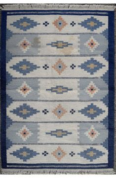Rolakan-carpet-with-geometric-pattern-in-shades-of-blue