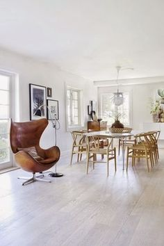egg chair from arne jacobsen and dining chairs / so much pretty wood and leather / A Norwegian Villa With Scandinavian Design Classics Sillon Egg, Egg Sessel, Decor Interior Design, Interior Decorating, Decorating Ideas, Home Furniture, Furniture Design, Espace Design, Danish Interior