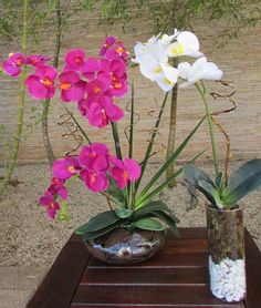 Valor R$243,90 corresponde a :  -1 arranjo de orquideas roxa; -1 arranjo de orquidea branca.  - 1 vaso vidro oval ekebana com 3 orquídeas,cascalho,folhagens e rococo - medidas do vaso: 20 cma.larg. altura total com arranjo65 cm.  -1 vaso redondo com pedrinhas brancas e musgos com 1 orquidea branca e folhagens, e rococó medidas do vidro: 12x25 cm. altura total com arranjo 60cm.  Orquideas disponiveis de diversas cores como por exemplo: vermelha,turquesa,branca com miolo…