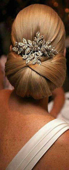 ウェディングヘア 低め シニヨン Such beautiful wedding hair with a fantastic comb by Stephanie Browne of Australia! Unique Wedding Hairstyles, Vintage Hairstyles, Bun Hairstyles, Hairstyle Wedding, Hair Wedding, Wedding Nails, Chignon Hairstyle, Amazing Hairstyles, Wedding Blog
