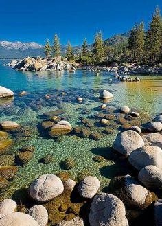Famoso per la limpidezza delle sue acque, il Lago Tahoe giace tra le montagne della Sierra Nevada, tra California e Nevada.