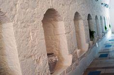 Gli ambienti della masseria sono impreziositi da luci d'atmosfera e suppellettili del tempo tipici delle masserie pugliesi.