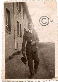 Gośœć pozujący do zdjęcia przy tzw.Bloku przy ulicy Szymanowskiego na Georgshutte.Lata 60 XX wieku.( fot.ze zbiorów Henryka Nikisza)