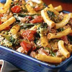 Gratin de pâtes au hachis de dinde, oignons, tomates, haricots verts et brocoli
