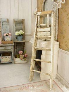 Escabeau de campagne miniature en bois, Blanc Shabby chic, Accessoire pour maison miniature française à l'échelle 1/12 by AtelierMiniature on Etsy