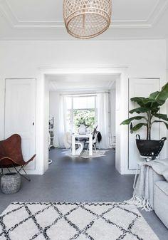 Witte woonkamer | white living room | vtwonen 02-2017 | Styling Sanne Pol | Fotografie Sonja Velda | Tekst Amber van Rijn