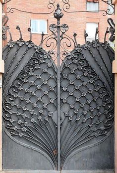 Art nouveau gate, in Pl Flandes, Barcelona. Casa José Giralt Cerqueda, built in 1901 Art Deco, Design Art Nouveau, Cool Doors, Unique Doors, Art Nouveau Architecture, Architecture Details, Door Gate, Iron Gates, Door Knockers