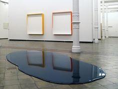 Rainer Splitt, Gussboxen (Opel VW), Pigment, Kunstharz, Autolack, je 160 x 150 cm, 2008; Farbguß, 2011, Pigment Pur 200Kg – Installationsansicht Staatliches Museum Schwerin, 2011
