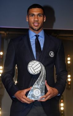 Ruben Loftus-Cheek with the Young Player trophy Cute Black Guys, Gorgeous Black Men, Handsome Black Men, Black Boys, Cute Guys, Beautiful Men, Ruben Loftus Cheek, Dark Skin Men, Dapper Gentleman