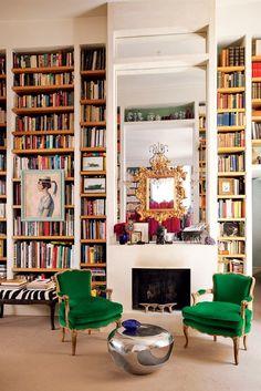 Cozy livingroom with bookshelves and green chairs // Gemütliches Wohnzimmer mit deckenhohen Bücherregalen und grünen Sesseln