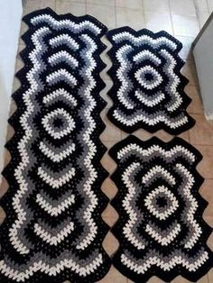 """ A mitred looking set of crochet rugs. I saw similar last night in very plain browns or grays. Looked perfect for a guy's room when done in those colors Crochet Mat, Crochet Carpet, Crochet Squares, Crochet Hooks, Crochet Table Runner, Crochet Tablecloth, Crochet Doilies, Diy Crafts Crochet, Crochet Home Decor"