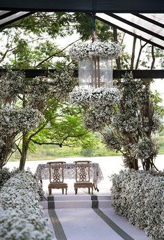 Cerimônia de casamento na fazenda - decoração campestre com flores brancas no altar ( Foto: Flavia Vitoria   Flores: André Pedrotti )