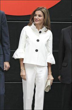Letizia Ortiz, con chaqueta tre cuarto de manga ancha.