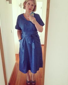 I tried the new #teahousedress pattern by #sewhouseseven. This is the midi length, fabric is a light denim. The pattern is drafted beautifully -if you like the style, i can really recommend it! #sewing @sewhouse7