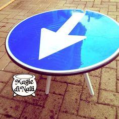 Tavolino stradale :) riciclo creativo di un cartello in disuso stanco di indicare la direzione, adesso si riposa un po'! #cartellostradale #cartello #sensounico #tavolino #recycle #reuse #riciclocreativo