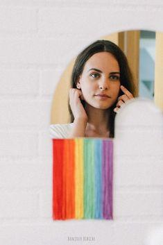 Un miroir Arc en ciel avec des franges multicolores imaginé par DOIY Design pour apporter une touche de fantaisie à la décoration d'une chambre d'enfant ou du salon ! Ce miroir DOIY mesure 36 par 38 cm, c'est une idée cadeau très gaie pour la pendaison de crémaillère d'un couple d'ami(e)s, et il est disponible sur l'eshop déco de Bonjour Bibiche #miroir #arcenciel #doiy #bonjourbibiche #miroirmural #rainbow #doiydesign #décorationmurale #decorationmurale #déco #deco #chambre #couleurs #salon… Decoration, Tie Dye, Concept, Couple, How To Make, Women, Budget, Hobby Lobby Bedroom, Child Room
