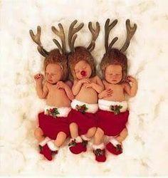Precious Christmas photo of newborn triplets. Photo by Anne Geddes. Noel Christmas, Christmas Photos, Christmas And New Year, Winter Christmas, All Things Christmas, Christmas Cards, Anne Geddes, Baby Kostüm, Baby Kind