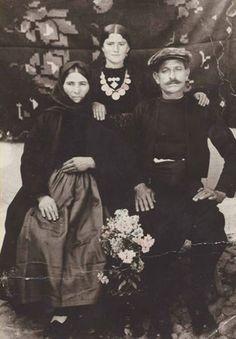 Typical Clothing from N. Souli. Χαρακτηριστική φωτογραφία των ενδυματολογικών συνηθειών στο Ν. Σούλι. Εικονίζονται (από αριστερά) η Μαντέλα Πασχαλία, Γκόγκας Θεόδωρος και (στη μέση) Γκόγκα Αικατερίνη (Φωτογραφία εξωφύλλου)