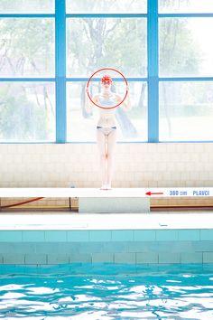 Cette série de photos fraîches et colorées réalisées dans une piscine sont l'oeuvre de la photographe slovaque Maria Svarbova. Vous pouvez voir ses travaux ici.