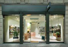 Es gehört zum Konzept der australischen Kosmetikmarke Aesop, in der Einrichtung ihrer Läden globale und lokale Elemente zu mischen. In Frankfurt hat den Laden Philipp Mainzer gestaltet.