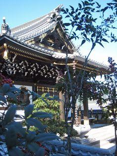 渡月橋から苔寺、鈴虫寺へ続く府道嵐山線、周辺には小さなお寺が点在する。 Japanese Landscape, Japanese Architecture, Places Around The World, Around The Worlds, Japanese Castle, Buddhist Temple, Kyoto Japan, Rising Sun, Cherry Blossoms