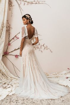 SIGNATURE BY JUSTIN ALEXANDER // ONE & ONLY BRIDAL BOUTIQUE // This fitted wedding dress by Justin Alexander has all the things we love; a train, low back, v-neck and detachable flutter sleeves!