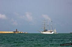 El velero Amorina... y el faro... Melilla, España.