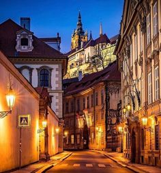 Praga: antica e magica! Czech Republic, Places To Visit, In This Moment, Mansions, House Styles, City, Traveling Europe, Prague Czech, Champagne