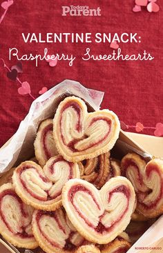 Making fun Valentine& Day Snacks with your kids is a great way to celebrate! Here are 15 Ultimate Valentine& Day Snacks for you to choose from! Valentines Healthy Snacks, Valentines Day Treats, Palmier Cookies, Cookie Recipes, Dessert Recipes, Dessert Ideas, Biscuits, Boite A Lunch, Yummy Cookies