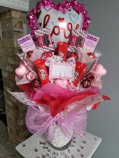 This Valentines day arrangement includes: -Ghirardelli strawberry bark chocolates -kit Kat bars -Dove (peanut butter chocolates) -lindor milk chocolate truffles -Sixlets -Sweethearts -Chocolate hearts Also comes with your choice of balloon or hanging monkey. ***This Item is only