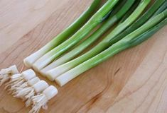 See how to regrow green onions without a garden or a green thumb.DIY An Endless Supply Of Fresh Green OnionsAll you need is a starter bunch of green onions, a j Container Gardening, Gardening Tips, Avocado Breakfast, Green Life, Fresh Green, Garden Beds, Food Hacks, Celery, Asparagus