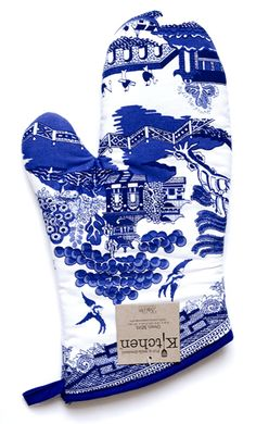 ♥ ~ ♥ Blue and White ♥ ~ ♥ Blue Willow Oven Mitt-''Blue willow'' is said to tell the story of a pair of star-crossed lovers and was a popular design of ceramics inspired by the import trade into America through Charleston from China. Blue Willow China, Blue And White China, Blue China, Love Blue, Azul Anil, Blue Dishes, Willow Pattern, Textiles, Blue Plates