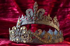 Join us for a fun and exciting foray into the creation of DIY Faux Metal Crowns! With a few simple techniques you can create an Elegantly Grungy Crown!