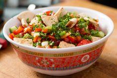 """La salade fattouche est un classique de la cuisine libanaise. J'ai créé ici une version """"à La Bob"""", sans sumac (qui ajoute de l'acidité à la recette) donc un peu plus accessible pour ceux et celles qui n'en trouveraient peut-être pas à l'épicerie du coin."""