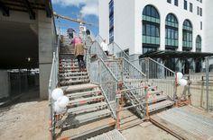 De tijdelijke trappenopgang naar de plaat (de overkluizing over het spoor)