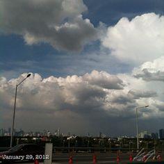 左が #makati で右が #fort #bgc #philippines #sky #cloud #雲 #空