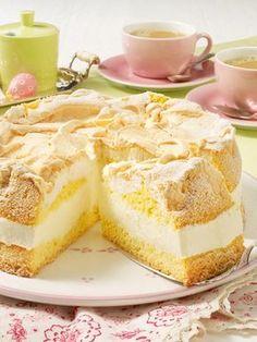 Fruchtiger Zitronenkuchen mit süßer Baiserhaube.