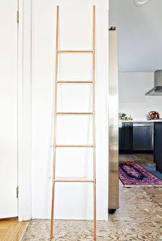 This DIY copper ladder is perfect for organizing everything from throw blankets to towels.              Ima...
