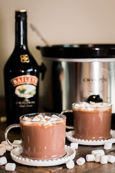 This Slow Cooker Baileys Irish Cream Hot Chocolate is perfect for the adults at your Christmas Party! -the magical slow cooker Hot Chocolate Baileys, Crockpot Hot Chocolate, Hot Chocolate Bars, Hot Chocolate Recipes, Chocolate Roulade, Chocolate Smoothies, Chocolate Shakeology, Chocolate Crinkles, Chocolate Drizzle